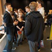 Kantischüler löchern die anwesenden Berufs- und Ausbildungsvertreter am Berufsinfomarkt 2016